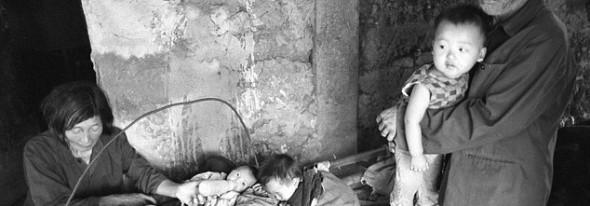 Uimitoarea poveste a unei chinezoaice căutătoare în gunoaie ce a salvat 30 de copii abandonaţi în tomberoane