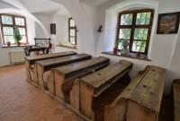 Prima şcoală românească a fost în biserică. Astăzi şcoala scoate din ea învăţătura Bisericii (ora de religie)