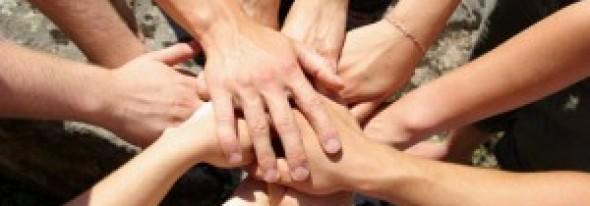 Tinerii din România care fac voluntariat vor primi un certificat recunoscut de Ministerul Muncii