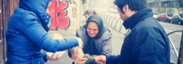 Gest SUPERB! Un grup de tineri au oferit O MASĂ caldă pentru 300 de persoane din Bucureşti